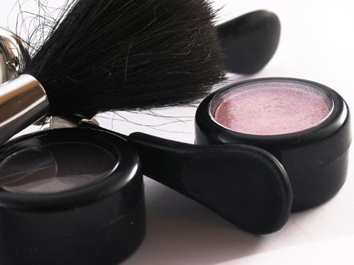 Apply makeup in five minutes